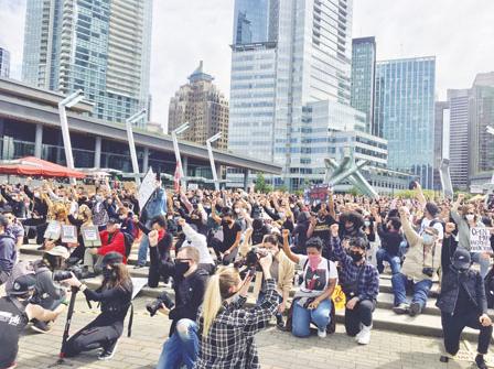 温哥华市中心 万人和平示威