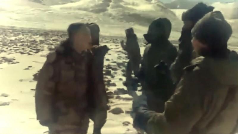 网路上又流传一段印中士兵冲突的最新画面,双方在遍地积雪的山上斗殴。 (图撷自Youtube)