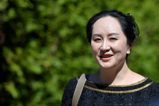 图为5月27日,华为副董事长兼首�财务官�晚舟离开温哥华的居所出�。(Reuters)