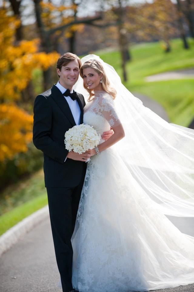 伊万卡2009年与犹太裔美国人库什纳结婚,伊万卡亦跟随夫婿改信犹太教。库什纳父亲为新泽西地产大亨,与伊万卡门当户对。二人在特朗普当选美国总统后,一同成为白宫高级顾问。(Getty Images)