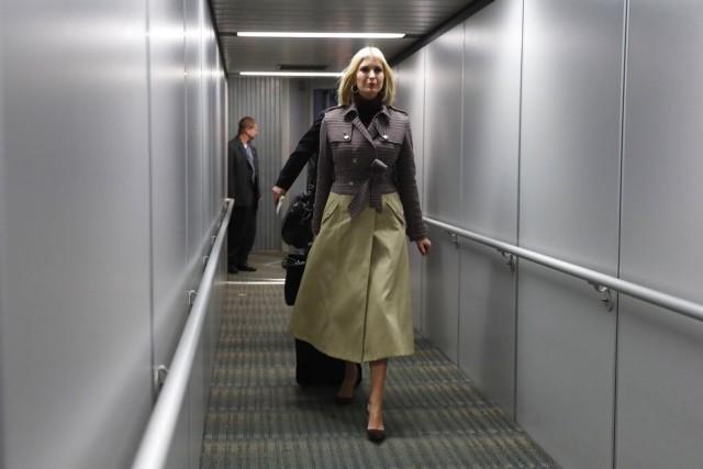 """可以查阅政府机密文件的伊万卡一开始以""""有权无责""""及非公务员身份参与白宫工作,随即引来非议,伊万卡2017年3月19日表示留意到外间忧虑,自愿成为不受薪的白宫高级顾问,遵守公务员守则。图为伊万卡2019年11月5日到达摩洛哥推广女性全球经济计划。(AP)"""