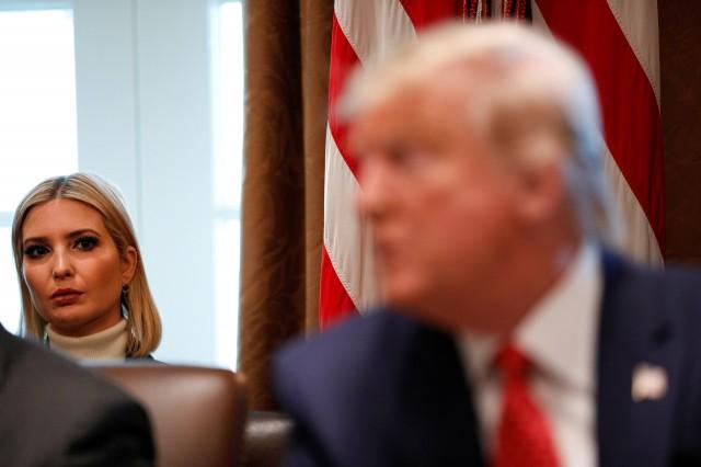"""特朗普当选总统后,伊万卡成为""""第一千金"""",参与白宫工作,并深得父亲特朗普信任。图为2019年9月19日,伊万卡在内阁会议期间注视特朗普。(Reuters)"""