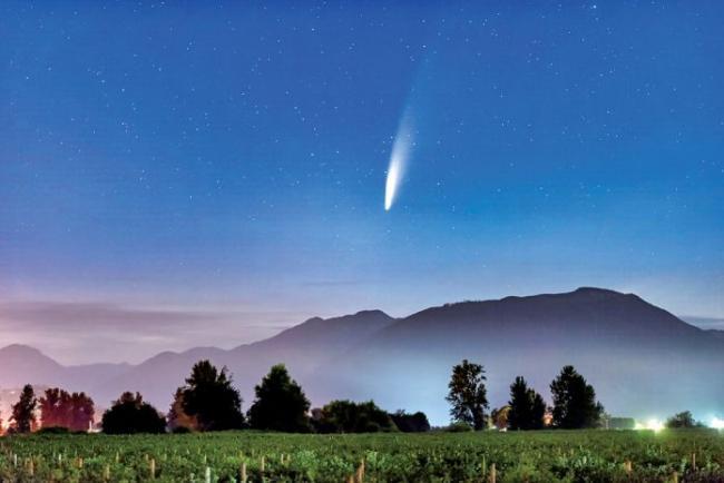 千年一现彗星划过加拿大 这张照片太难得