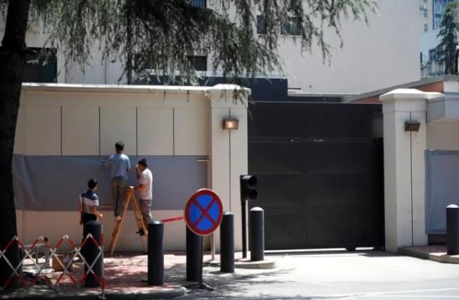 27日上午10时,美国驻成都总领事馆闭馆,中方主管部门随后从正门进入接管,工作人员随后用布遮盖该馆徽标。(路透)