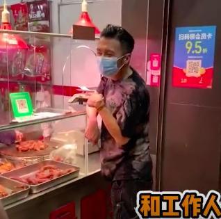 39岁谢霆锋高调出街 买鸭脖喊助理来结账