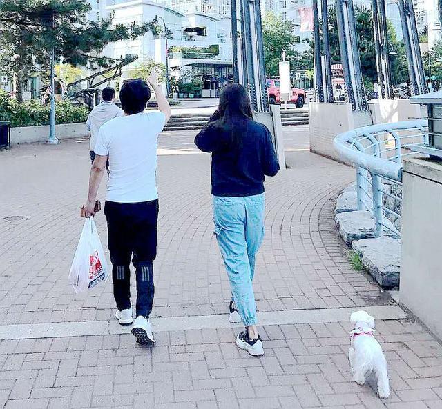 53岁王祖贤和神秘男子出游被偶遇 网友:像齐秦