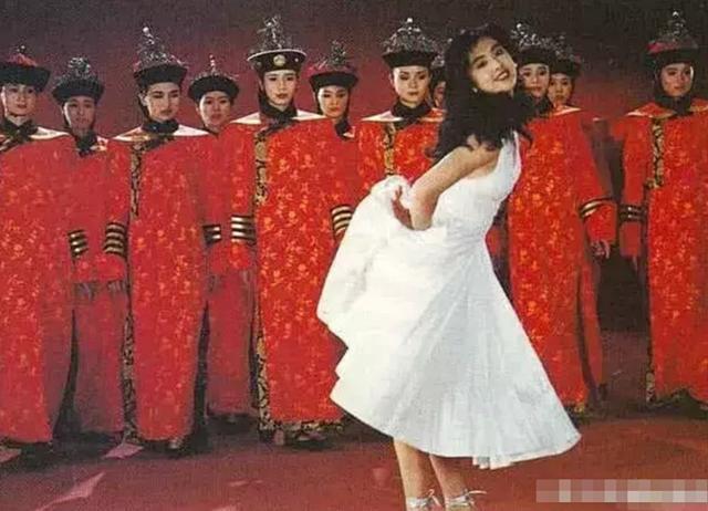 王祖贤30年前故宫旧照被扒 有谁注意背后的群演