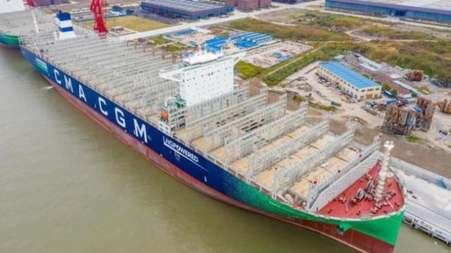 中国交付全球最大双燃料集装箱船 体长超航母