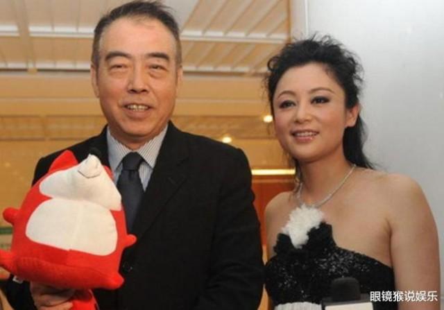 她借怀孕上位嫁给大16岁名导演 嘲讽倪萍没魅力