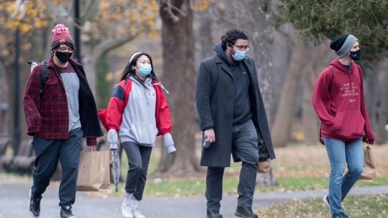 魁省省民即使在戶外也戴上口罩。加通社