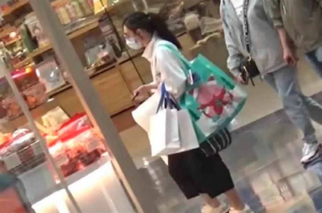 张柏芝最近却被捕捉孤单逛街的憔悴身影。(图/ 摘自微博)