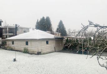 冬至雪下雪卑诗6万户停电 曼港桥落雪弹2车被毁