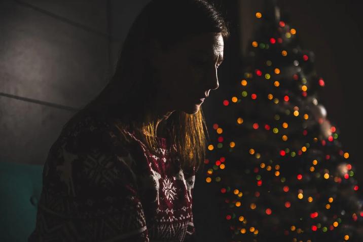 今年人們會因防疫限制而度過不一樣的聖誕新年,保持情緒健康尤為重要。Zivica Kerkez/Shutterstock