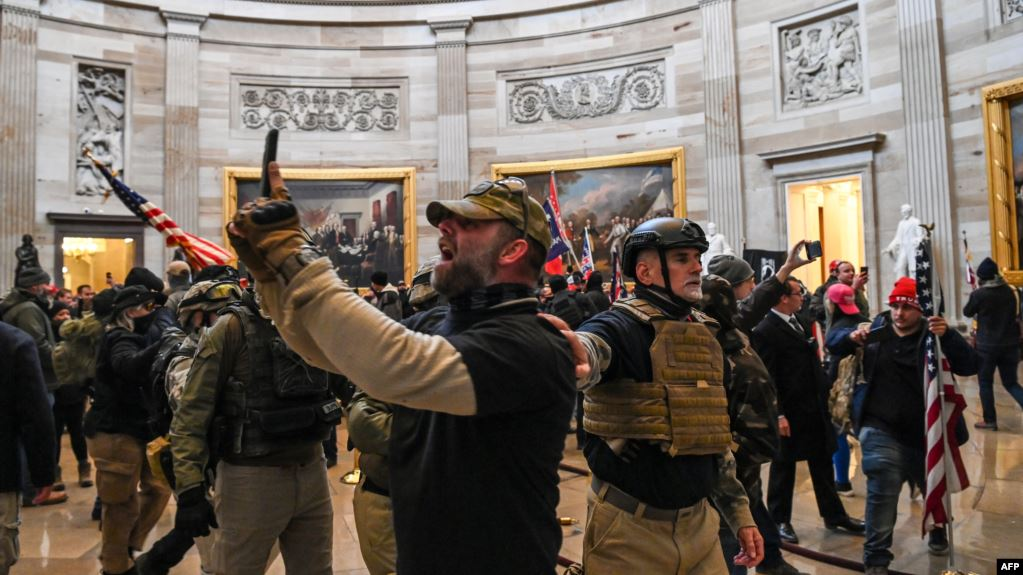 特朗普支持者进入国会大厅 (法新社 2021年1月6日)