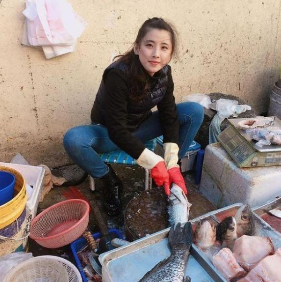 """她是山寨版""""王祖贤"""" 17岁街头卖鱼走红"""