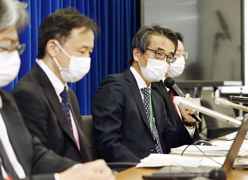 日本共同社報導,日本國立傳染病研究所所長脇田隆字(右2)說,4名從巴西抵達日本的乘客上發現的變種病毒,是不同於英國與南非的另一種全新變種病毒。(共同社)