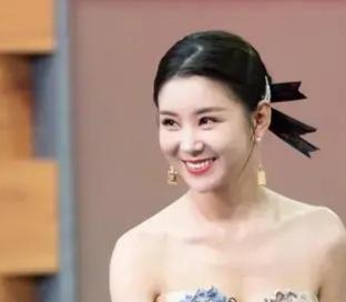 35岁李小萌近照 娃娃脸身材纤细像学生妹