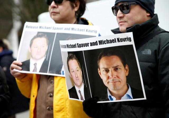 去年,温哥华举行的一次抗议活动�,人们呼吁�国释放在押人士迈克尔·斯帕沃尔和康明凯。
