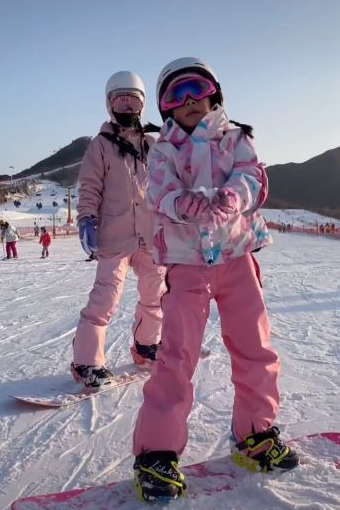 要和好?李小璐带甜馨滑雪 男司机被猜是贾乃亮