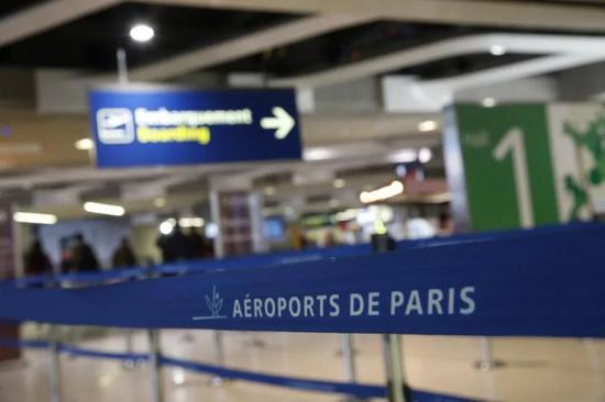 ▲法国政府规定,1月18日起,所有欧盟外入境法国人员,必须提供72小时内新冠检测阴性证明。抵法后,须承诺自主隔离7天,再接受第二次检测。图为戴高乐机场。(法新社资料图)
