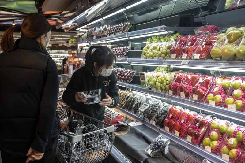 中國武漢肺炎疫情持續,更不停在食物上驗出病毒,近日位於中國黑龍江的超市大潤發向陽店,多項食品經檢測後呈陽性,但已有部分售出,目前該店已經停業進行全面消毒。示意圖,非當事超市。(彭博)