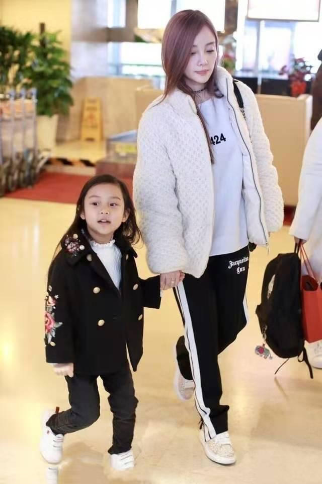 39岁李小璐太显嫩了 穿校服裤青春洋气