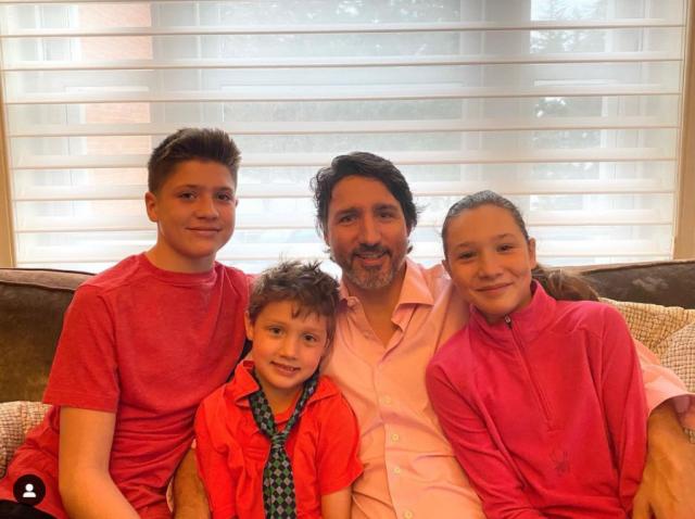 加拿大粉红日:特鲁多秀全家福网络爆红