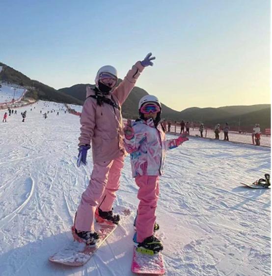 李小璐和已婚男士相约滑雪 似情侣