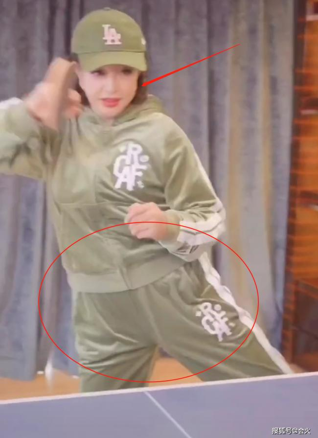 刘晓庆与三男性打球以一敌三 一脸浓妆下巴怪异
