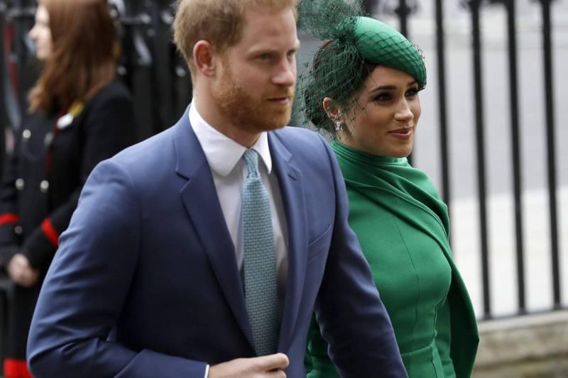 近來人們發現,哈利(左)、梅根(右)最新的一封對外書信沒再出現王室徽記,改成了他們成立的基金會「Archewell」的logo。(美聯社)