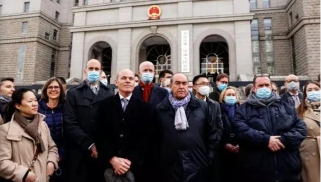 中国审判加拿大人26国外交官法庭外声援