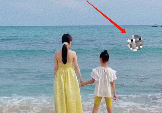 复合了?李小璐陪甜馨海边游玩 贾乃亮疑同行