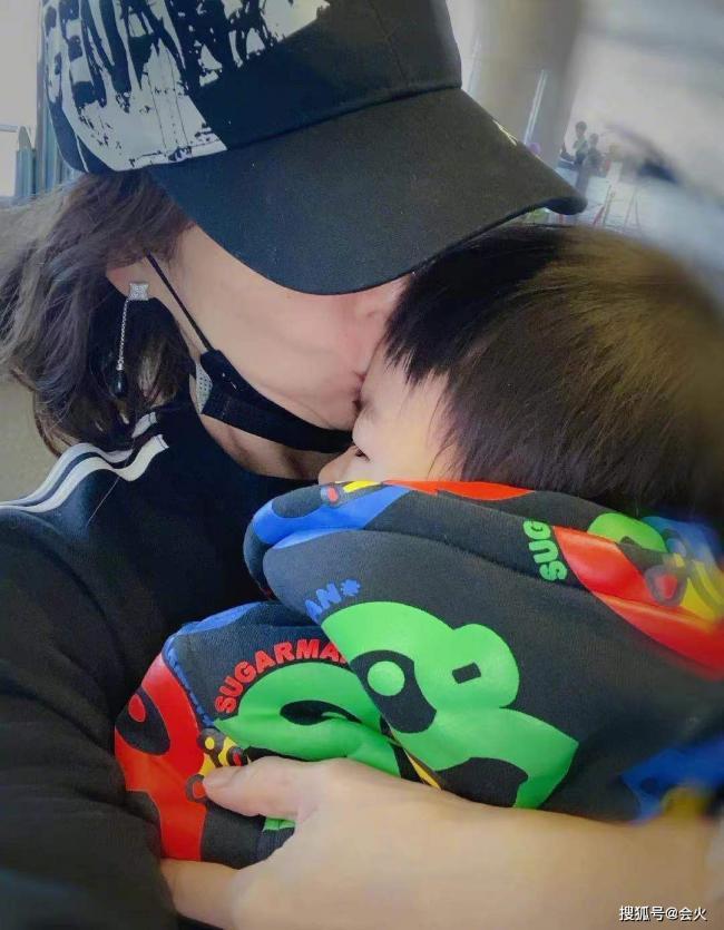 章子怡罕晒儿子近照 拥吻儿子下巴都迭双层