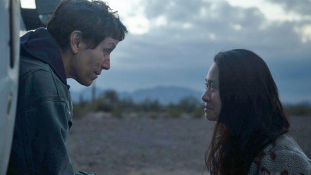 赵婷(右)在《浪迹天地》片场与主演弗兰西斯·麦克多蒙德(Frances McDormand)说戏。