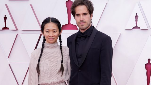 赵婷在纽约读书时结识了她的男友、电影摄影师约书亚·詹姆斯·里查兹(Joshua James Richards)