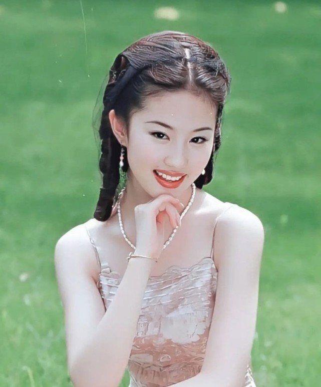 刘亦菲穿紧身吊带的照片流出 那时她仅有14岁