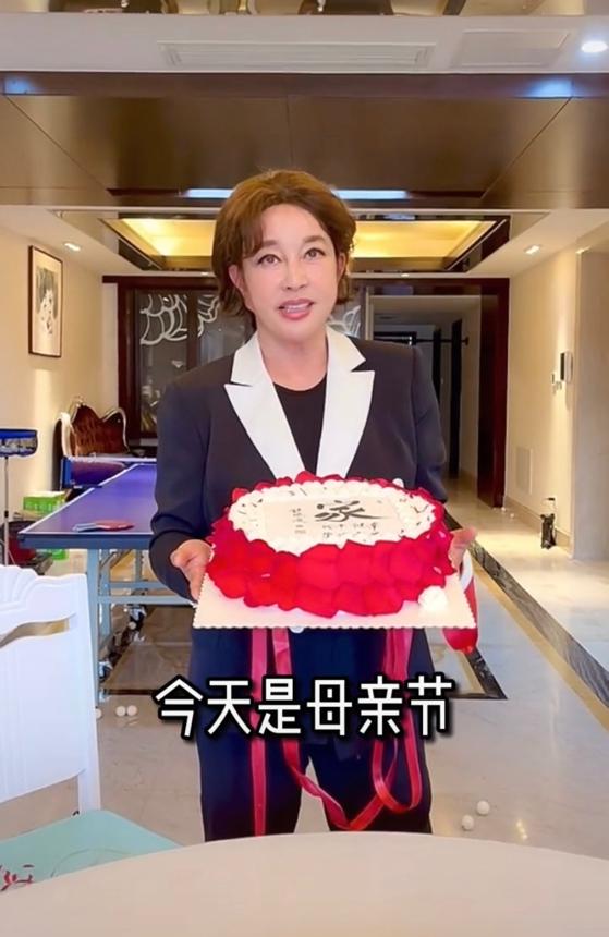 66岁刘晓庆为自己庆母亲节 意外暴露雄厚财力