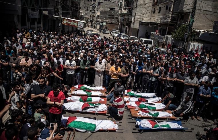哈塔布與哈迪迪的妻兒共10人周六(5/15)在空襲中喪生,當地民眾為他們舉行喪禮。 美聯社