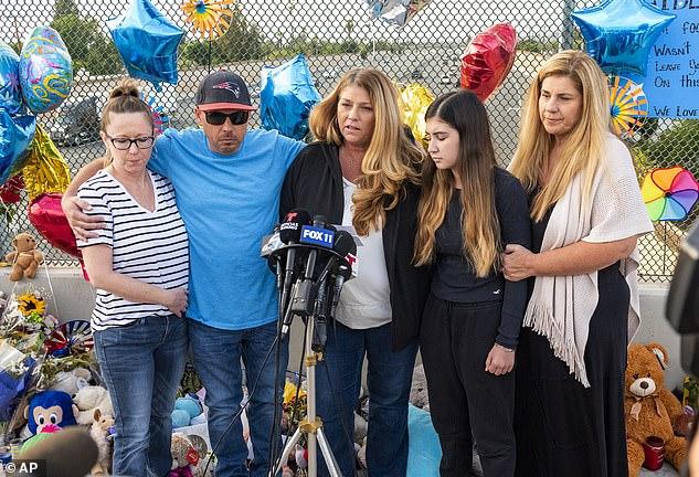 5 月 25 日,6 岁的 Aiden Leos 的家人站在奥兰治 55 号高速公路核桃大道立交桥的临时纪念碑前