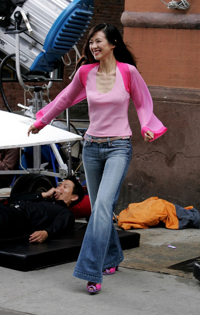 章子怡15年前长这样 粉色凹领上衣秀骨感