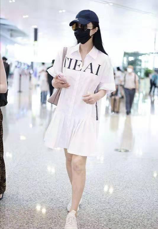 范冰冰久违走机场 一袭白裙回归朴素风