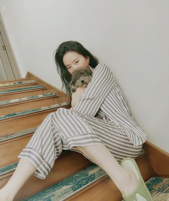 刘亦菲素颜出镜 穿条纹睡衣像病号服