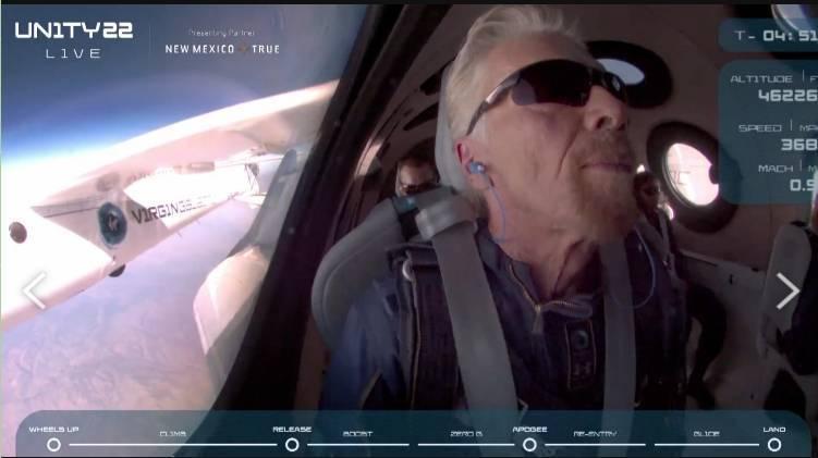 布蘭森坐在團結號船艙內。(圖翻攝自Virgin Galactic 直播)