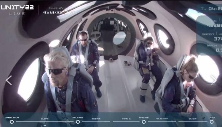 布蘭森(左下)與太空船上的2名駕駛、4名乘客(包括布蘭森及3名維珍員工)一同展開這趟太空旅行。(圖翻攝自Virgin Galactic 直播)