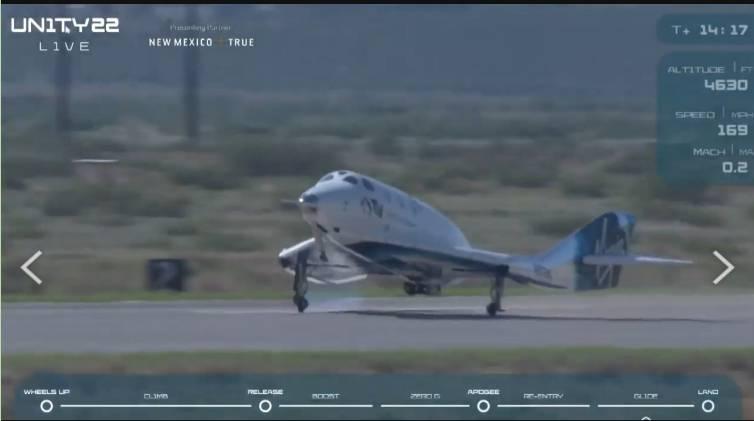 團結號平安降落在新墨西哥州的美國太空港跑道。(圖翻攝自Virgin Galactic 直播)