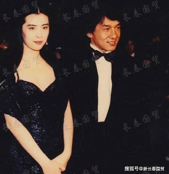 王祖贤成龙30年前同台演唱合影曝光 俊男靓女