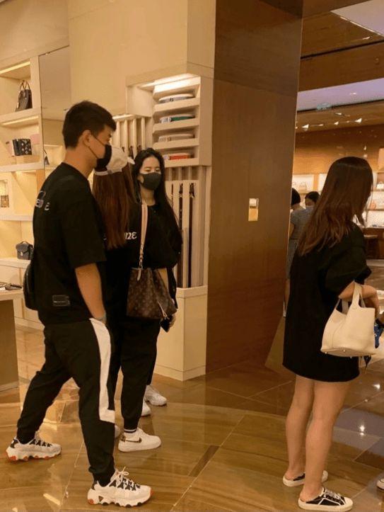 刘亦菲逛奢侈品店带俩助理俩保镖 素颜出镜被赞