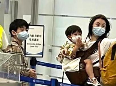张柏芝独自带三儿子现身机场 幼子正面曝光