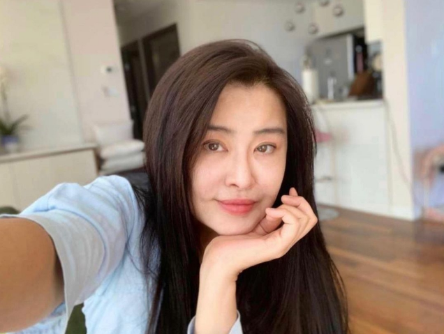 54岁王祖贤罕见晒无滤镜自拍,真实状态惊呆网友