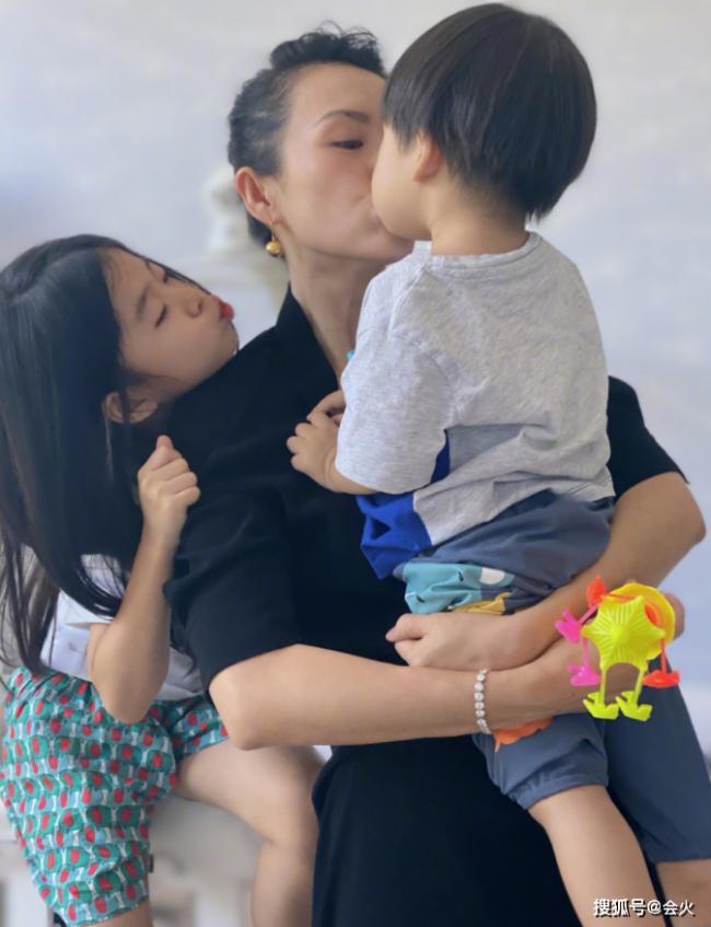 章子怡与孩子合照不见汪峰 与儿子嘴对嘴亲吻